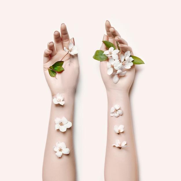 Mano dei fiori di estate della donna del ritratto di arte di modo Foto Premium