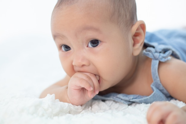 Mano del bambino appena nato, fuoco selettivo Foto Gratuite