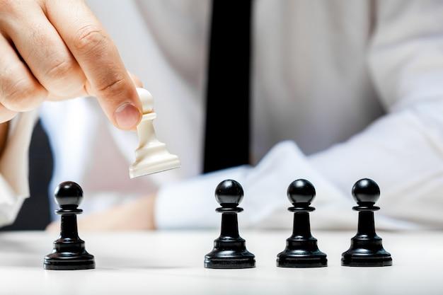 Mano dell'uomo d'affari che gioca a scacchi Foto Premium