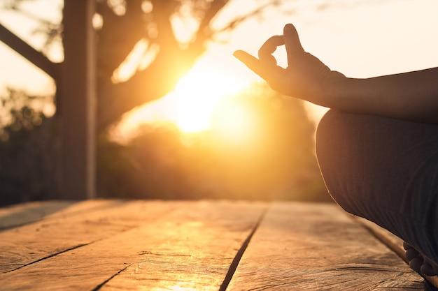 Mano della donna che pratica yoga di meditazione Foto Premium
