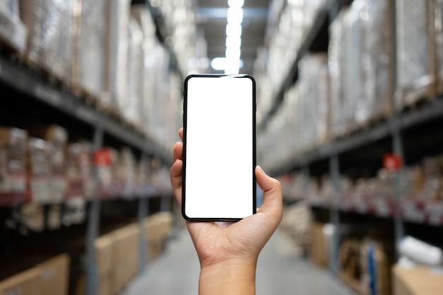 Mano della donna che tiene smartphone mobile con schermo bianco bianco Foto Premium