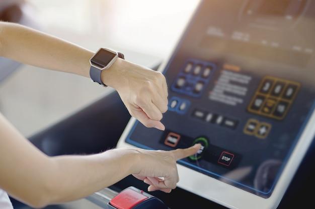 Mano della donna con l'orologio astuto sul polso Foto Premium