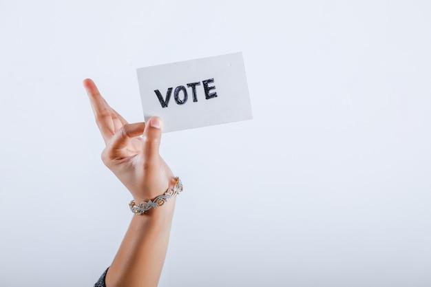 Mano di elettore indiano con il segno di voto dopo il voto decisivo nelle elezioni Foto Premium