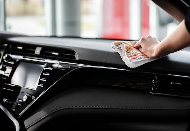 Mano di vista frontale che pulisce l'interno dell'automobile Foto Gratuite
