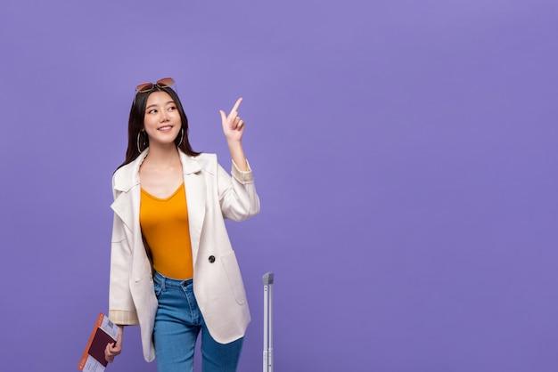 Mano indicante turistica della donna asiatica per copiare spazio Foto Premium