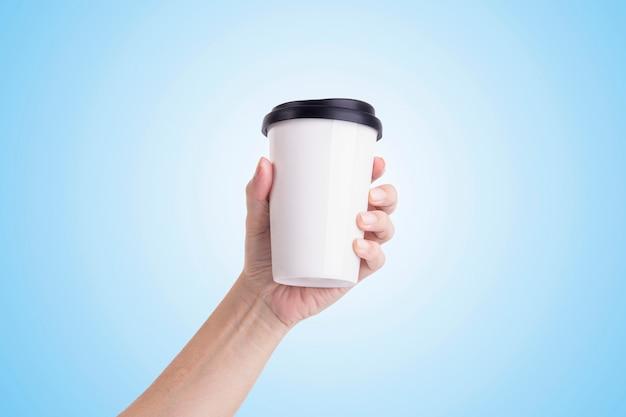 Mano maschio che giudica una tazza di caffè bianco isolata Foto Premium