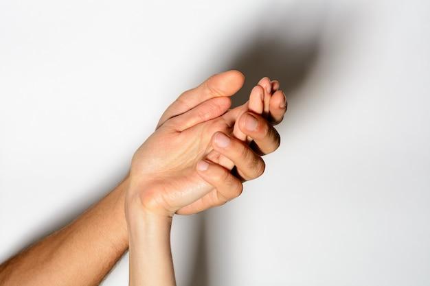 Mano nella mano insieme possiamo andare oltre, le mani dolci con le dita si uniscono nel momento romantico. Foto Premium
