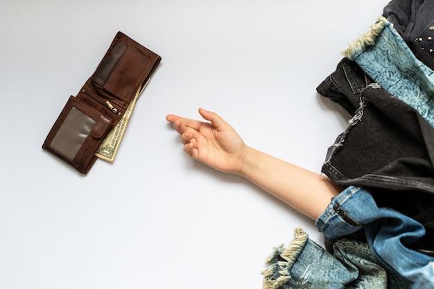 Mano sul pavimento con portafoglio Foto Premium
