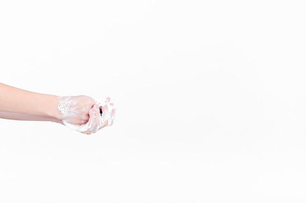 Mano umana in saponata su sfondo bianco Foto Gratuite