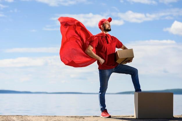 Mantello del supereroe da portare del fattorino di vista frontale Foto Gratuite