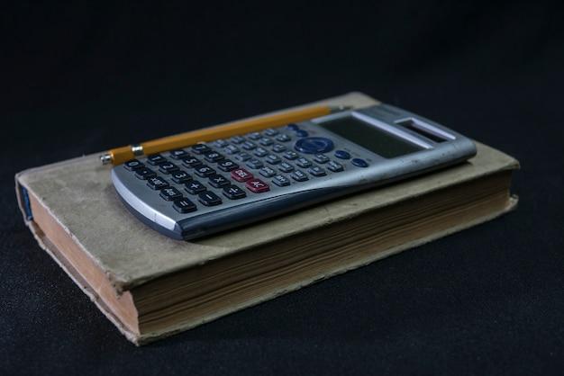 Manuale di matematica, matita e calcolatrice Foto Premium