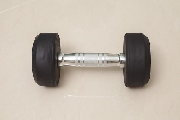 Manubrio per allenamento con i pesi e concetto sano Foto Premium