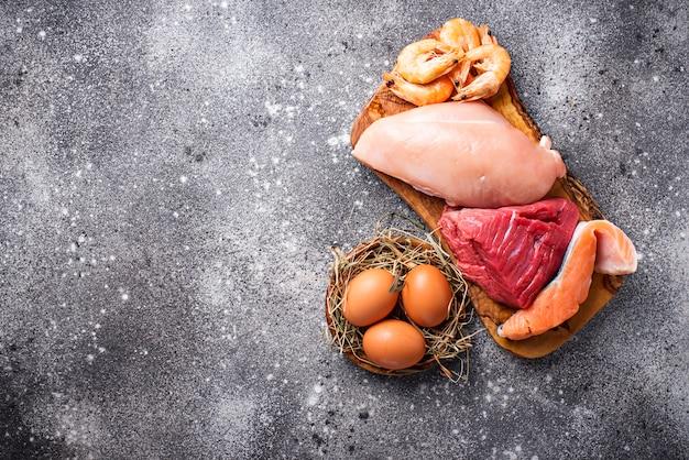 Manzo e carne di pollo, pesce e gamberetti. Foto Premium