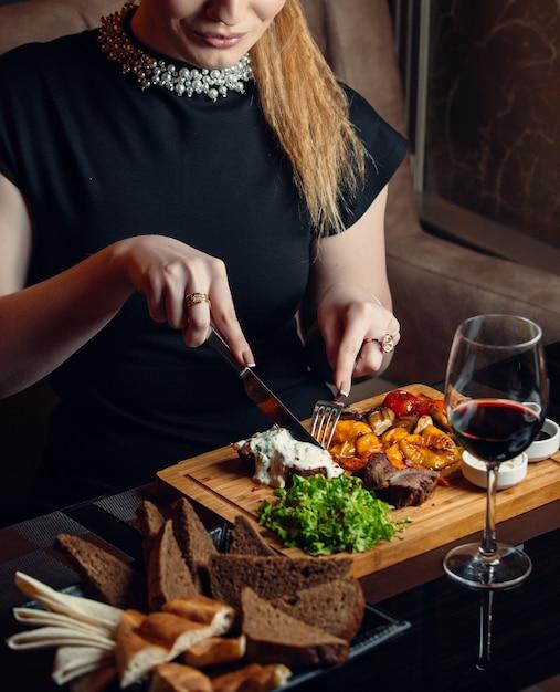 Manzo fritto con verdure su tavola di legno Foto Gratuite