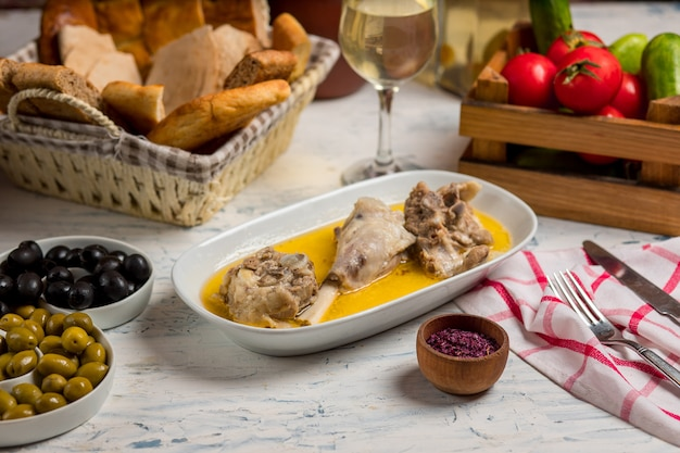 Manzo, pezzi di agnello saltati in salsa di burro e serviti con sumakh. Foto Gratuite