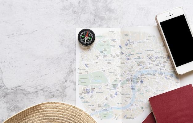 Mappa con accessori di viaggio su sfondo di marmo Foto Gratuite