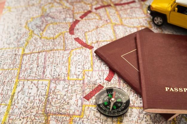 Mappa con un percorso di destinazione e passaporti Foto Gratuite