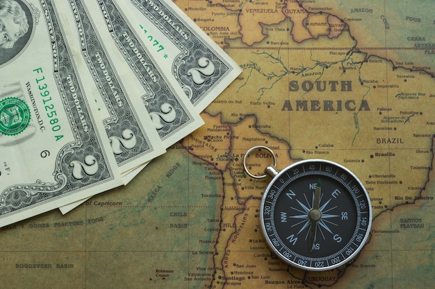 Mappa d'epoca del sud america con due banconote dolor e una bussola Foto Premium