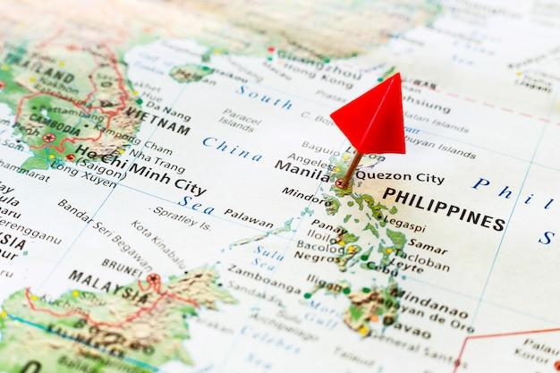 Mappa del mondo con perno sulla capitale delle filippine Foto Premium
