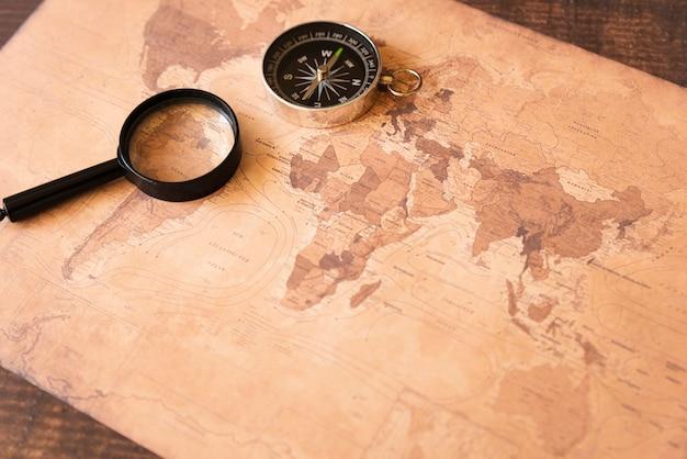 Mappa seppia ad alta vista con accessori Foto Gratuite