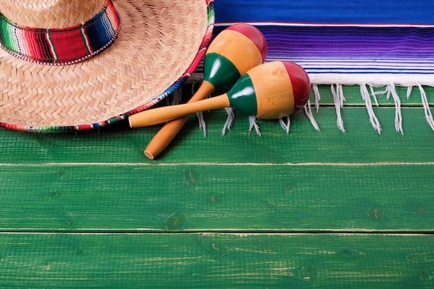 Maracas messicani del sombrero del fondo di legno di cinco de mayo del messico Foto Premium