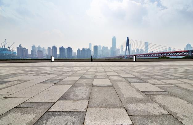 Marciapiede umido con edifici di sfondo Foto Gratuite