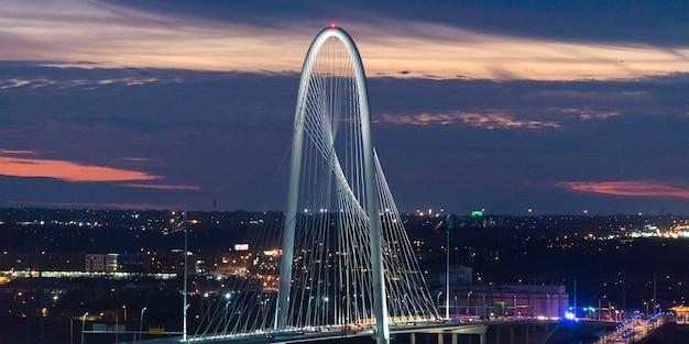 Margaret hunt hill bridge al crepuscolo, victory park, dallas, il texas, usa Foto Premium