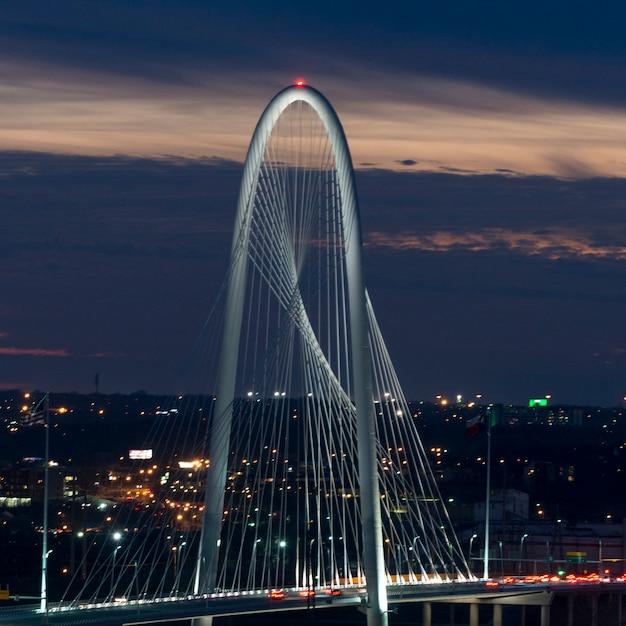Margaret hunt hill bridge alla notte, dallas, il texas, usa Foto Premium