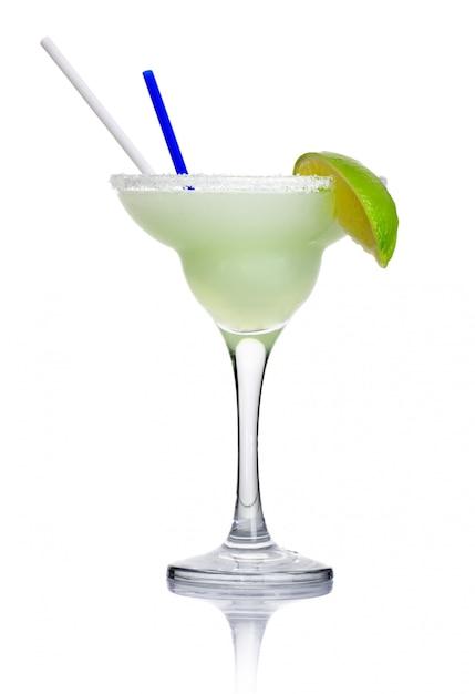 Margarita del cocktail dell'alcool isolata su bianco Foto Premium