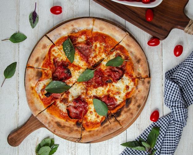 Margarita pizza sul tavolo Foto Gratuite