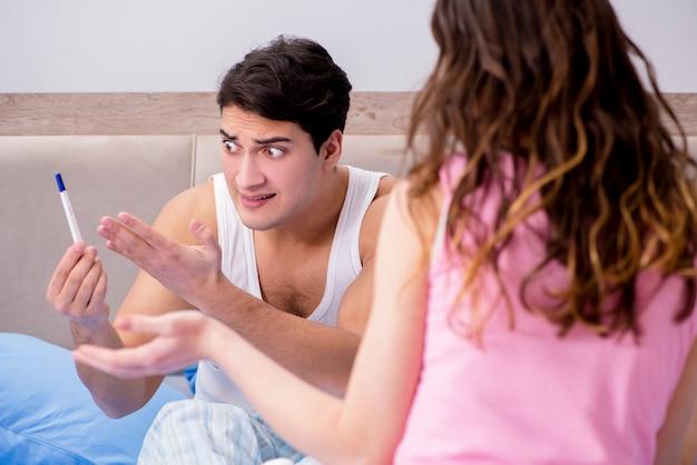 Marito dell'uomo arrabbiato per i risultati del test di gravidanza Foto Premium