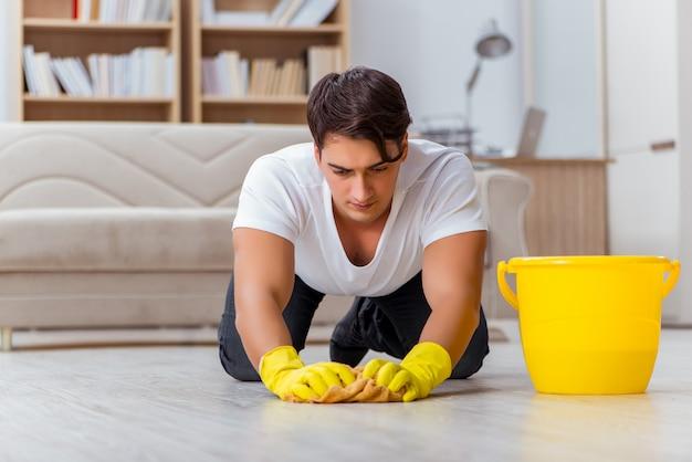 Marito dell'uomo che pulisce la moglie d'aiuto della casa Foto Premium