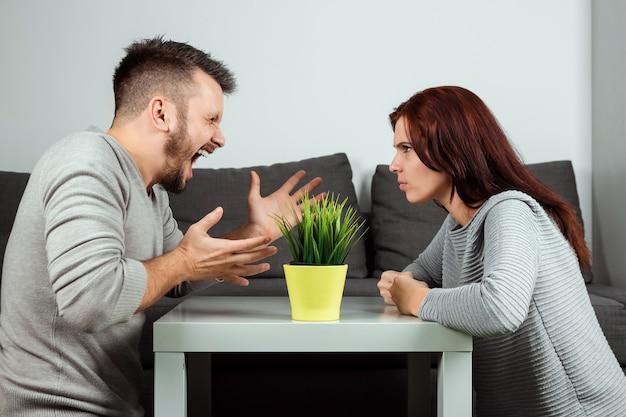 Marito e moglie si urlano l'un l'altro, in primo piano Foto Premium