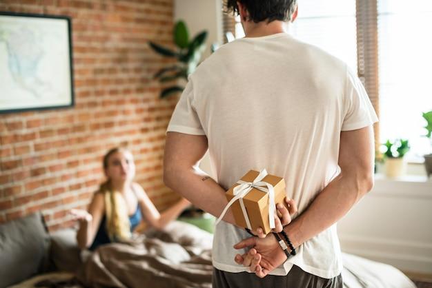 Marito in procinto di sorprendere sua moglie con un regalo Foto Premium