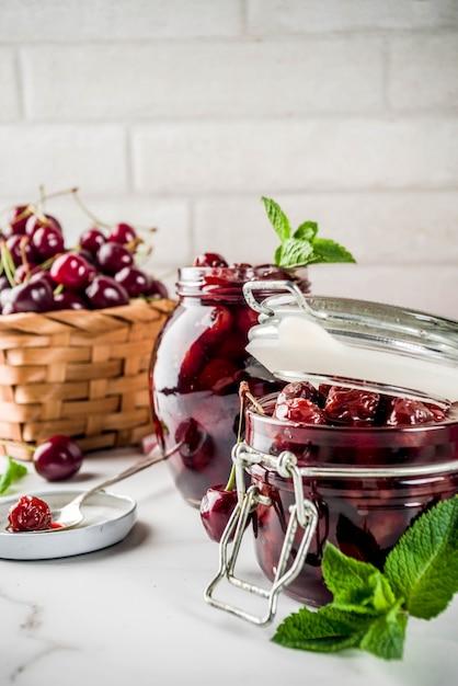 Marmellata di ciliegia e menta fatta in casa Foto Premium