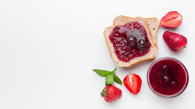 Marmellata di fragole piatta sul pane Foto Gratuite