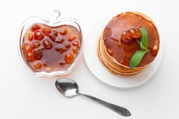 Marmellata di frutta vista dall'alto con frittelle Foto Gratuite