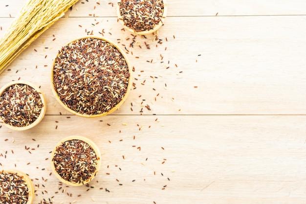 Marrone ricco crudo in ciotola di legno Foto Gratuite