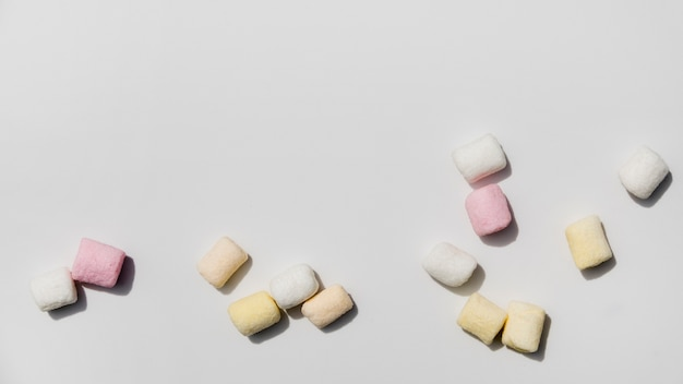 Marshmallow colorati su sfondo bianco Foto Gratuite