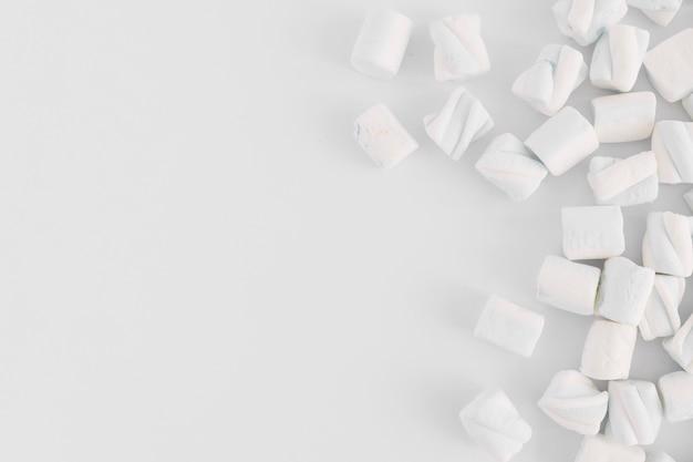 Marshmallow morbido sul tavolo luminoso Foto Gratuite