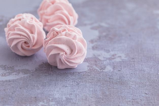 Marshmallow o zephyr casalingo russo tradizionale del merengue su un piatto su fondo concreto Foto Premium