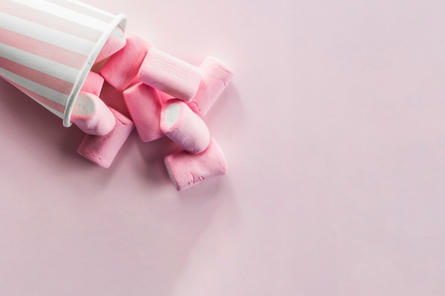 Marshmallows versato dalla tazza Foto Gratuite