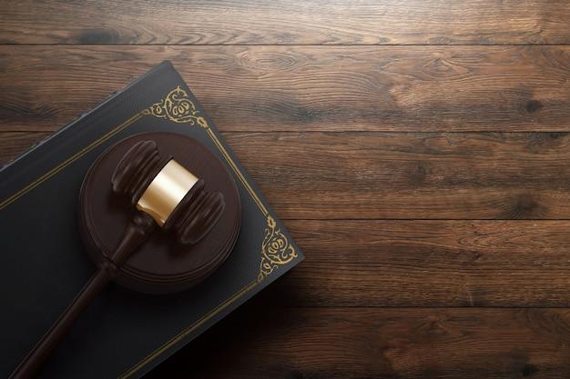 Martelletto del giudice e libro su fondo in legno Foto Premium