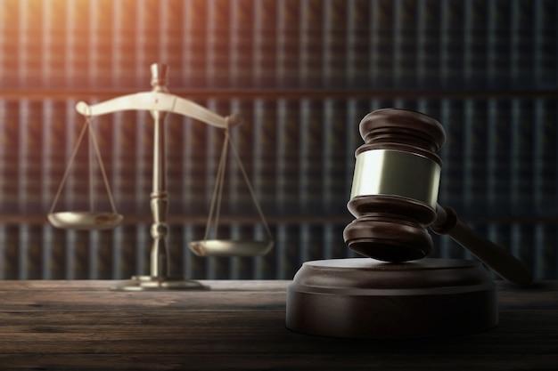 Martelletto del giudice e su un tavolo di legno Foto Premium