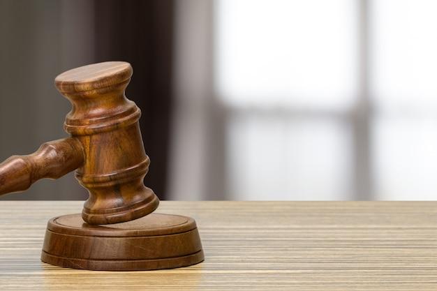 Martelletto del giudice su sfondo chiaro, vista frontale. concetto di legge Foto Premium