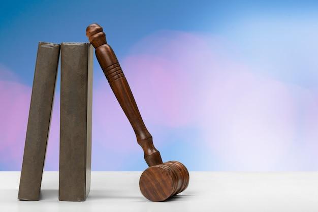 Martelletto del giudice su sfondo sfumato Foto Premium