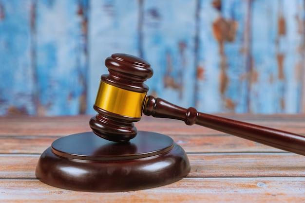 Martelletto di legno del giudice isolato su fondo di legno. Foto Premium