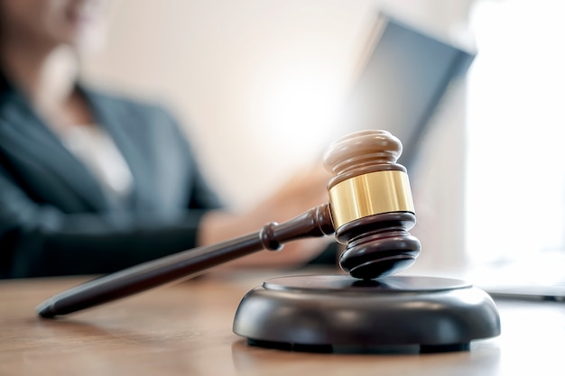 Martelletto di legno del giudice sulla tavola, vista del primo piano. Foto Premium