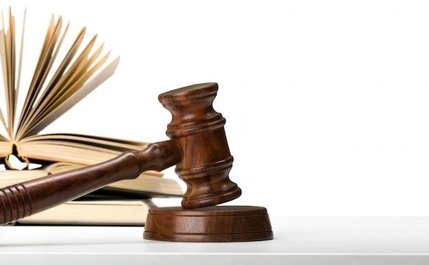 Martelletto e libri di legno sulla tavola di legno Foto Premium