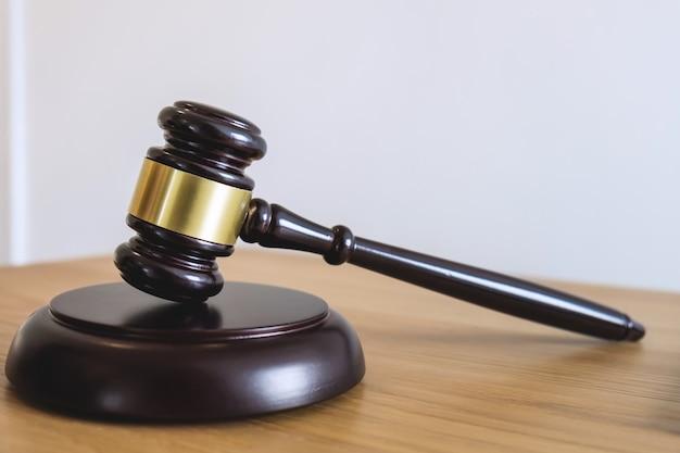 Martelletto su blocco sonoro, oggetto e libro di legge a lavorare con l'accordo del giudice in aula di tribunale Foto Premium